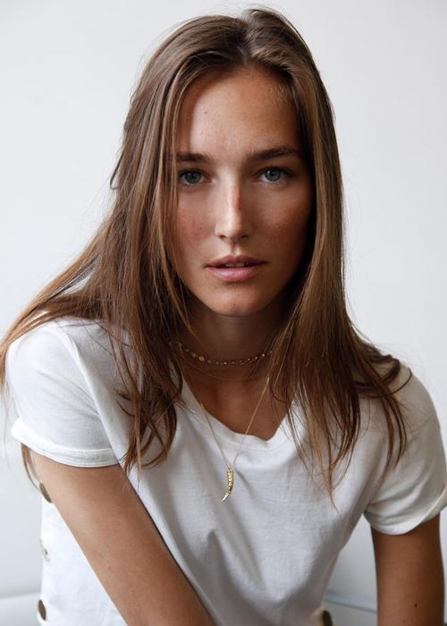 姓名:Josephine Le Tutour职业:MODEL