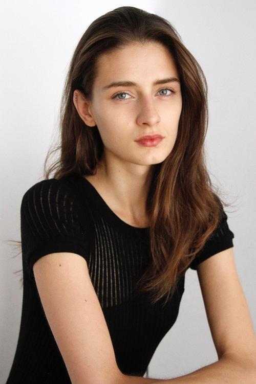 姓名:Daniela Aciu职业:MODEL